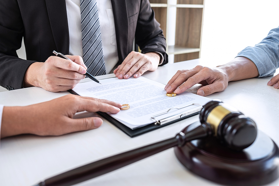 Family lawyer in Sydney assisting a couple on their legal separation